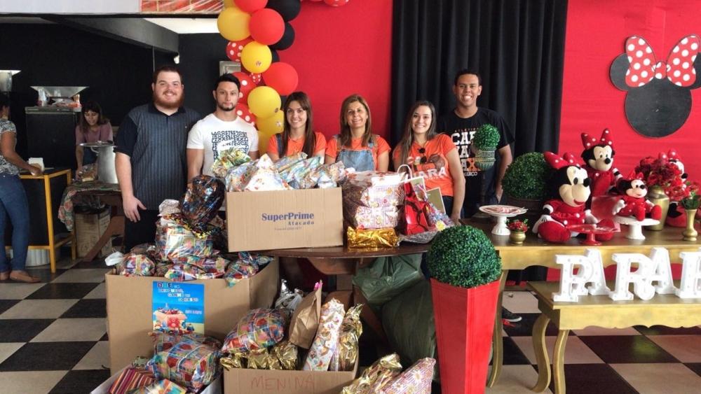 Alunos da UniFCV doam aproximadamente 130 brinquedos para famílias carentes