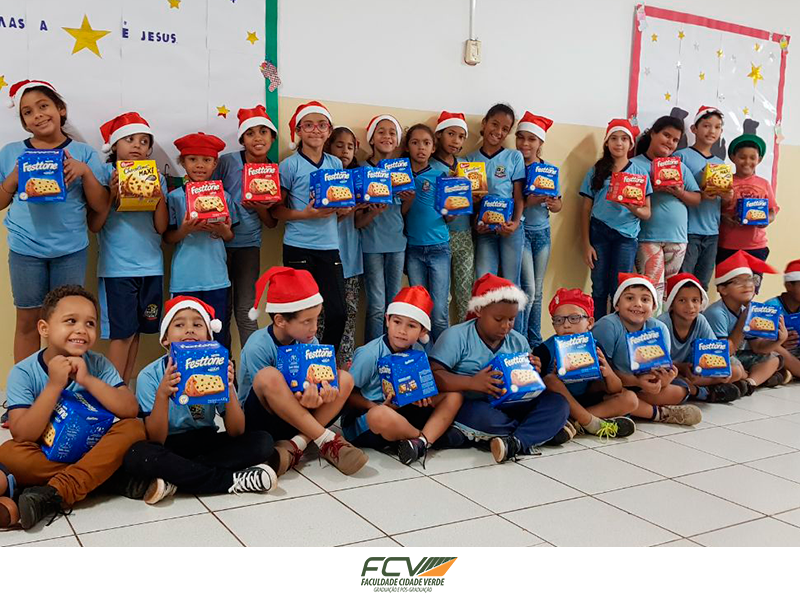 Crianças recebem doações de Natal dos alunos FCV