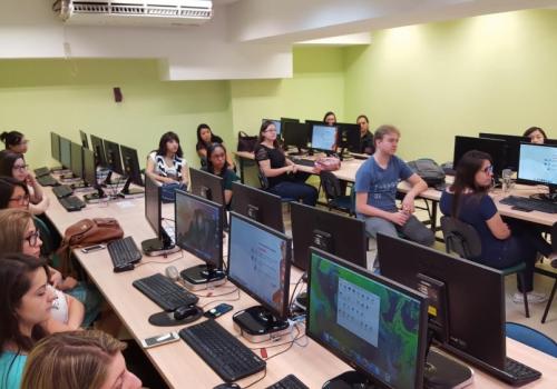 Evento reúne mulheres para aprender a programar