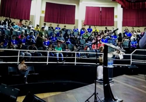Professor da UNIFCV ministra palestra sobre educação financeira em Sarandi
