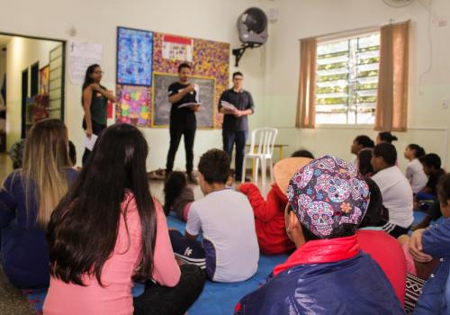 Conte-me uma história: crianças do CRAS recebem doação de livros infantis