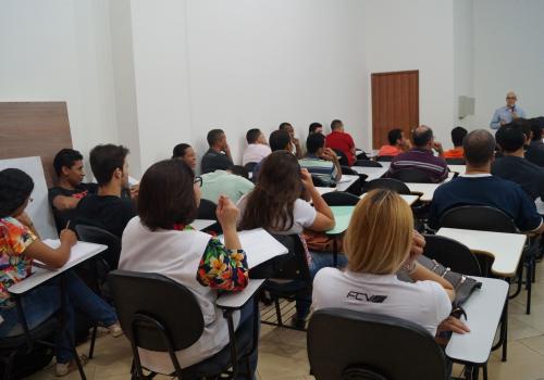 Acadêmicos de GPI participam de palestra sobre melhoria da produtividade nas indústrias