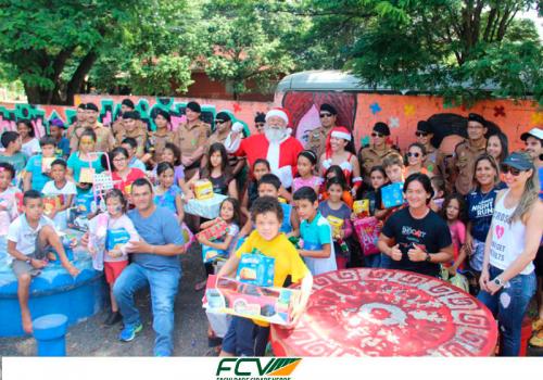 FCV entrega doações de Natal para crianças