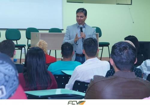 FCV recebe novos alunos com palestras
