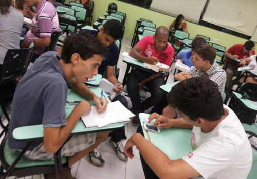 Acadêmicos de Economia entrevistam centenas consumidores em Maringá