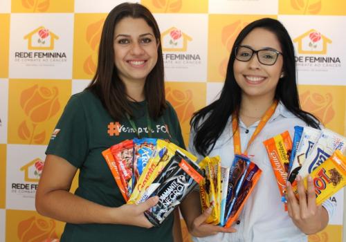 UNIFCV realiza entrega de chocolates para Rede Feminina de Combate ao Câncer